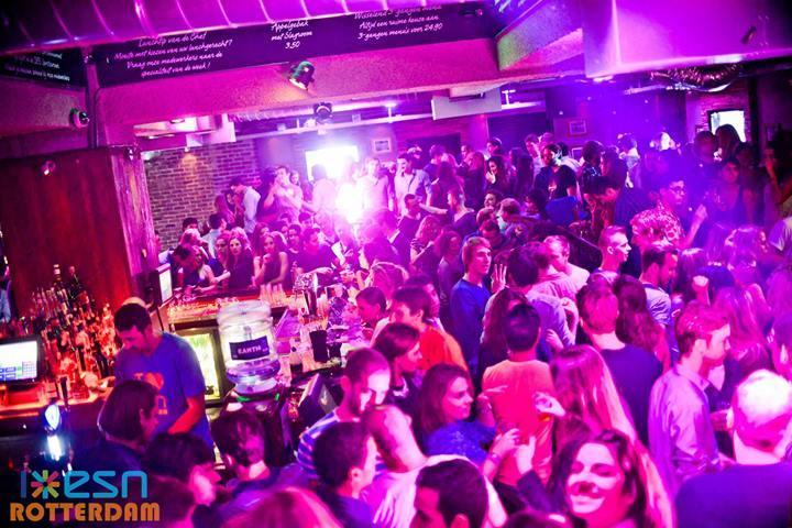 vrouwen-versieren-op-feest-in-Bed-Rotterdam-Edin