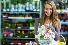 vrouwinbloemenwinkelversieren